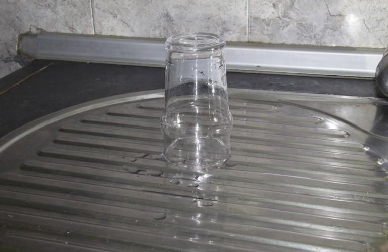 Diana Carvalho Um copo vazio está cheio de ar